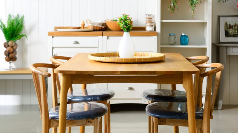 สร้างบรรยากาศห้องรับประทานอาหารให้ดูอบอุ่นด้วยเฟอร์นิเจอร์ไม้จาก  Ma Maison
