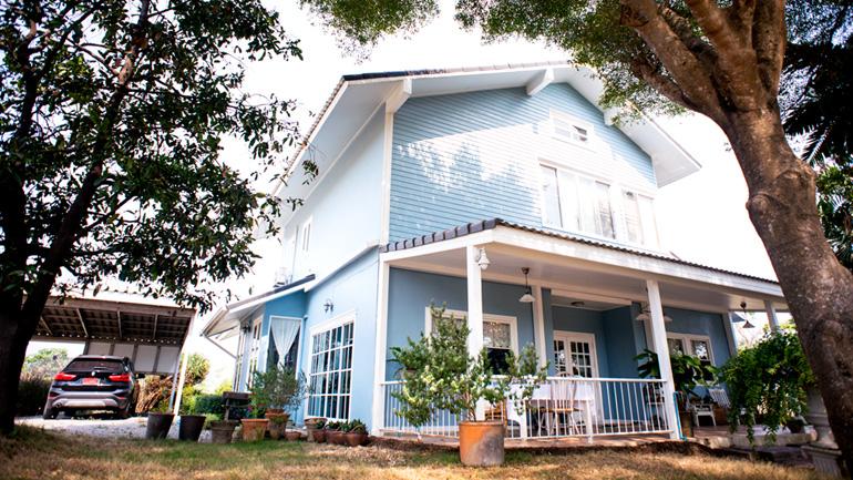 ห้องครัวในฝันภายใต้บ้านสีฟ้ากลิ่นอายอเมริกันคันทรี