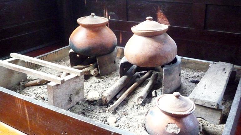 """ชวนมาทำความรู้จักครัวโบราณ """"แม่เตาไฟ"""""""