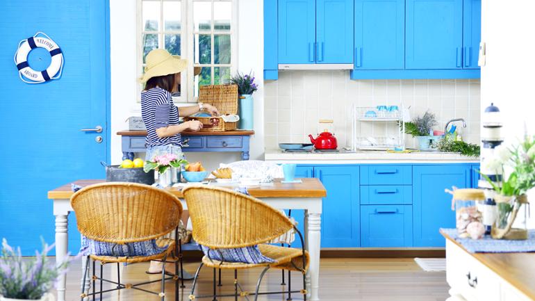 ครัวสีฟ้าในบ้านตากอากาศ ขอแค่น่ารักๆ เน้นอุ่นอาหารก็พอ