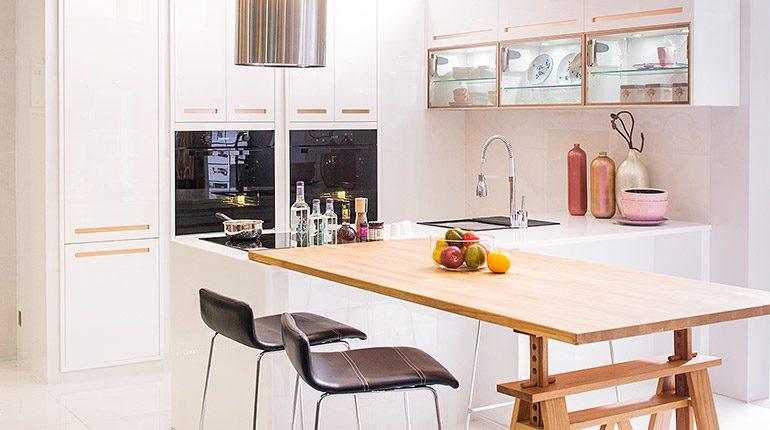 ครัวโมเดิร์นสีขาวมีโต๊ะกินข้าวในตัว เหมาะกับบ้านที่มีสมาชิก 2-4 คน