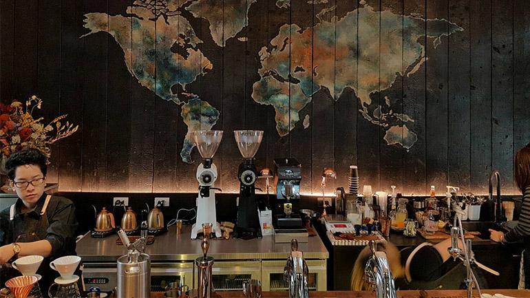 NANA Coffee Roasters ความลงตัวของคาเฟ่ และร้านดอกไม้สไตล์วินเทจในซอยนานา