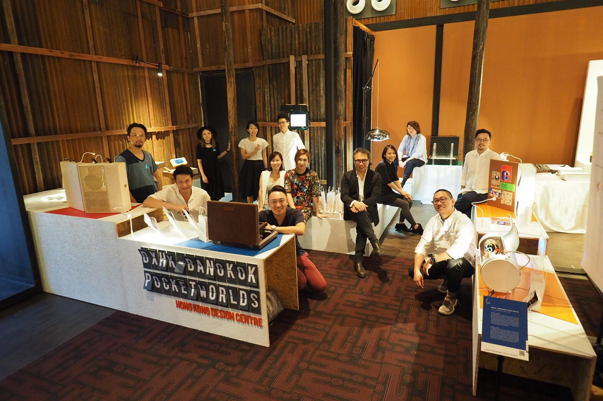 ศ.เอริค ยิม (กลาง) ประธานศูนย์ออกแบบฮ่องกง และนักออกแบบที่นิทรรศการ DXHK-BANGKOK Pocket Worlds (1)