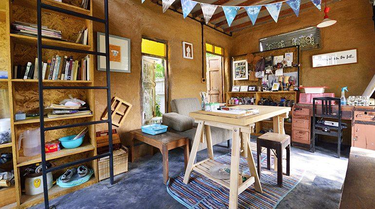 """""""บ้านเปื้อนดิน"""" บ้านทำมือสไตล์อีโค่ของนัก DIY"""