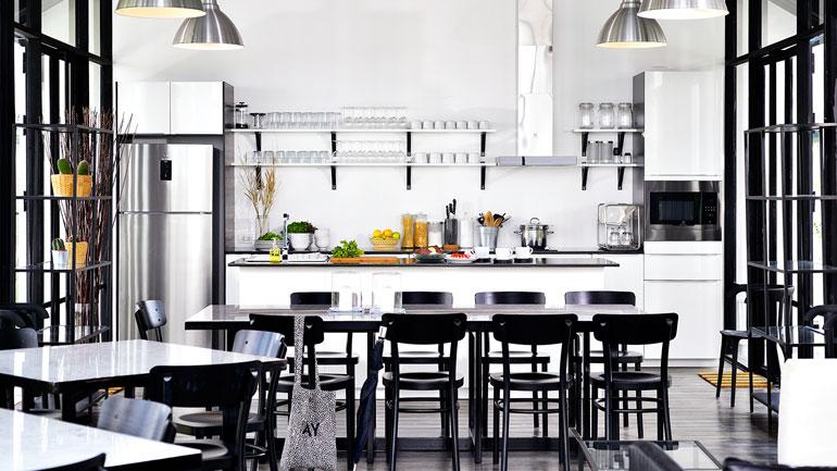 ตัวอย่างห้องครัวเปิดโล่งทำกับข้าวไร้กลิ่นกวนใจ