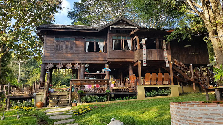 เฮือนตะวา รีโนเวตบ้านไทยโบราณเป็นที่พักแสนสวยท่ามกลางธรรมชาติ