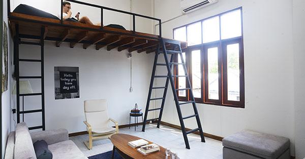 นั่งเล่นริมระเบียงที่ Urby Hostel โฮสเทลสุดมินิมอลในย่านทรงวาด