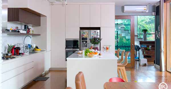 แบบครัวโมเดิร์นสีขาวใช้ได้ทั้งงานหนักและงานเบา