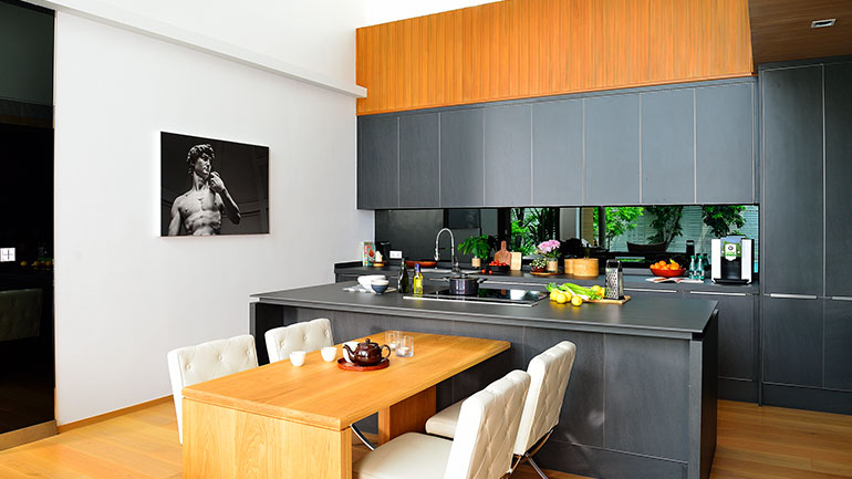 ไอเดียแต่งครัวสไตล์มินิมัล เปิดโล่งเชื่อมห้องนั่งเล่น ห้องทานข้าวไว้ด้วยกัน