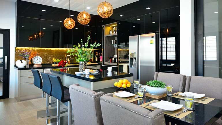 บ้านเดี่ยวกับห้องครัวขนาดกำลังดี มีทั้งไอส์แลนด์และโต๊ะทานข้าว ใช้พื้นที่ได้คุ้มเวอร์