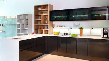 แบบครัวแพนทรีสีดำเชื่อมต่อกับห้องนั่งเล่น