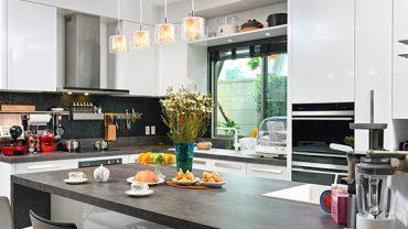 แบบครัวสไตล์โมเดิร์นแสนอบอุ่นในบ้านหลังใหญ่