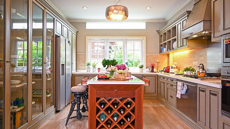 ไอเดียออกแบบครัวสไตล์คันทรี ดีไซน์สวย มีพื้นที่เก็บของจุใจสุดๆ