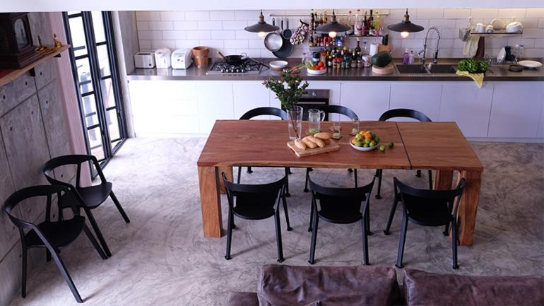 รื้อเนื้อที่ใหม่ในคอนโดให้มีทั้งห้องนั่งเล่นและห้องครัว ทำให้ห้องกว้างขึ้นเป็นกอง