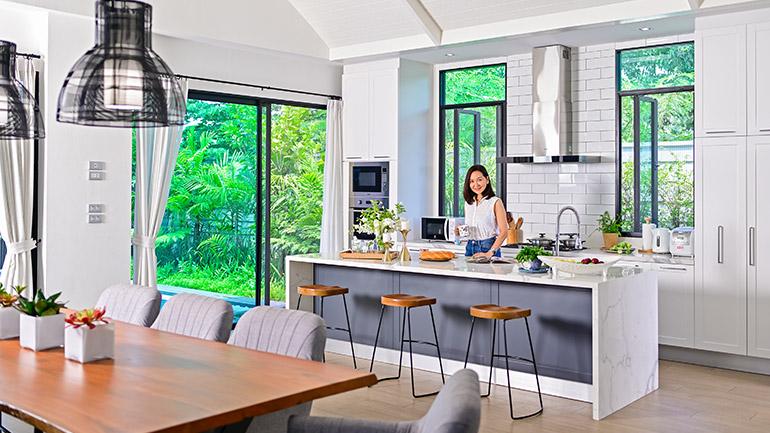 ขยายพื้นที่แห่งความสุข กับห้องครัวสีขาวสไตล์โมเดิร์น เรียบง่ายแต่ลงตัว